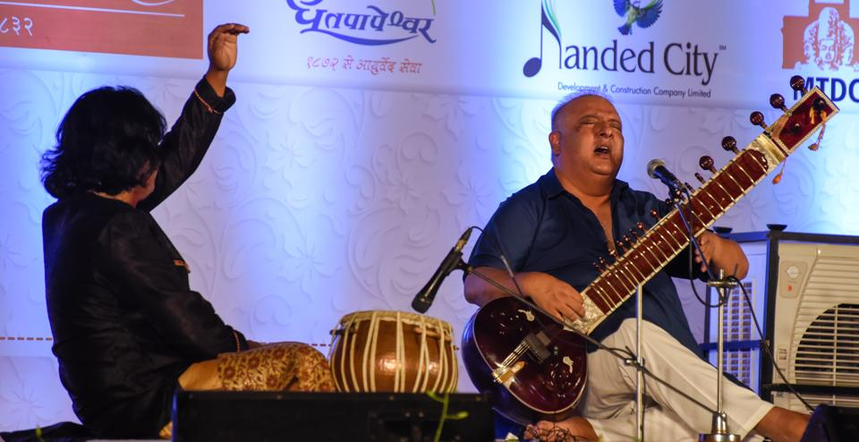 Ustaad Shujaat Khan playing the sitar on the final day of music festival on Sunday. (Sanket Wankhade/HT PHOTO)