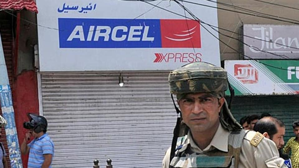 A closed Aircel shop in Kashmir.  Aircel will shut operations in six circles from January 30. (HT File Photo)