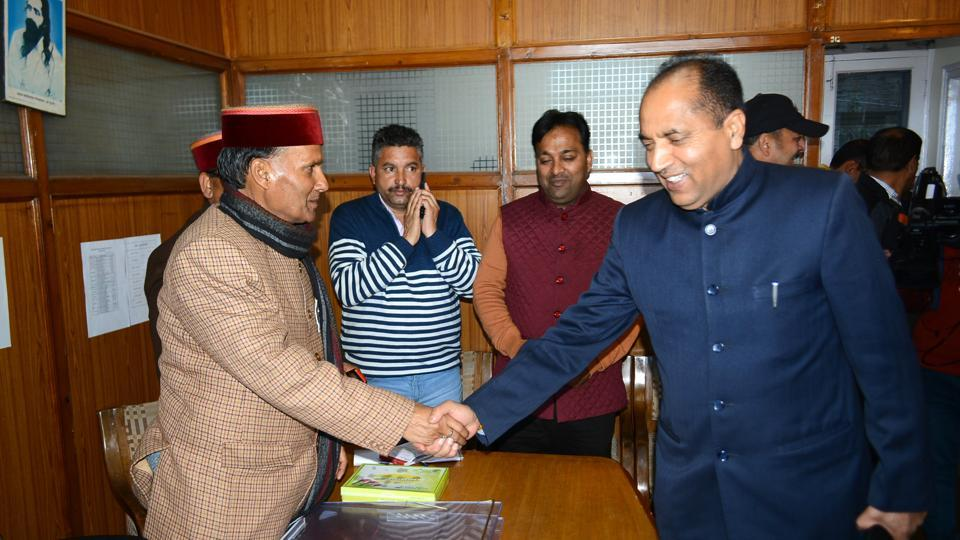 BJP leader Jai Ram Thakur (left) meets other party leaders during his visit to Shimla. Thakur has emerged as one of the front runners to the chief minister's post. (HT file photo)