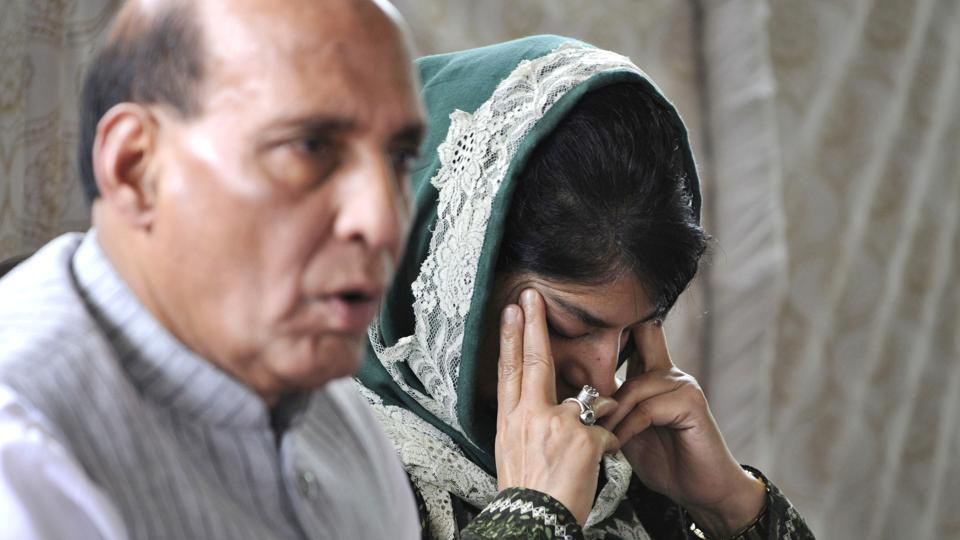 (L to R): Home Minister Rajnath Singh and Jammu and Kashmir Chief Minister Mehbooba Mufti during a press conference in Srinagar late August last year. Singh expressed confidence that peace would be restored in Jammu and Kashmir and reaffirmed that Kashmir is and would continue to be an integral part of India. (Waseem Andrabi / HT Photo)