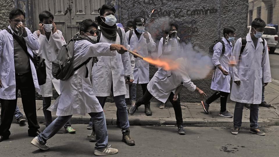 Medicine students clash with riot police officers, during a protest against a new law, that proposes penal sanctions for medical malpractice, near Murilo square in La Paz, on December 19, 2017. (Jorge Bernal / AFP)