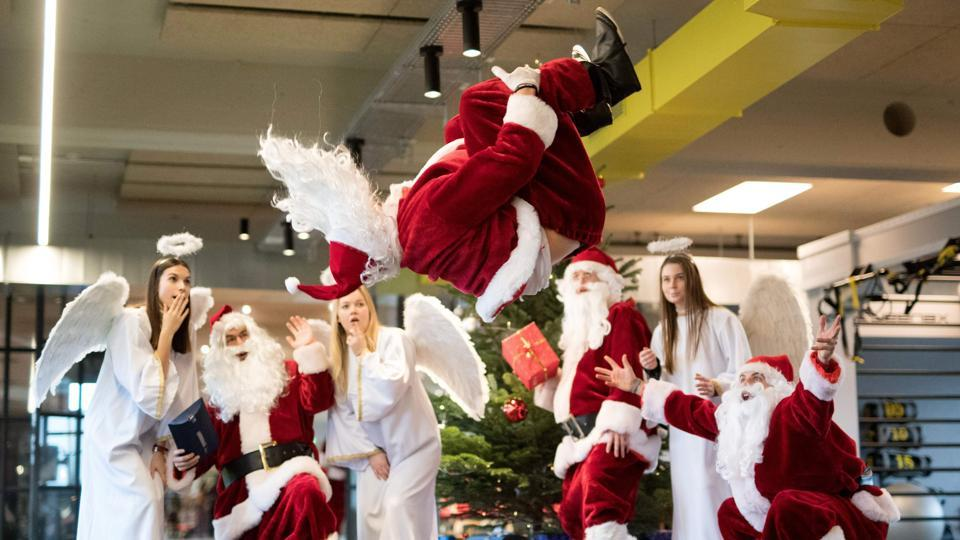 A man dressed as Santa Claus somersaults during a charity event for socially disadvantaged children at the Fitnesscenter Meridian gym in Hamburg, Germany on December 20, 2017. (Daniel Reinhardt / dpa / AFP)