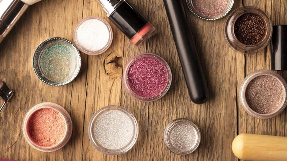 For longer stay and to enhance the vibrancy of eye shadow, use a matte eye base prior to the eye shadow.