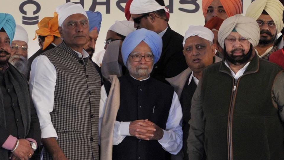 Punjab CM Amrinder Singh and other congress leaders facilitate former Prime Minister Manmohan Singh at Takht Shiri Keshgarh Sahib during the 350 year of Guru Gobind Singh birth anniversary at Ananadpur in Punjab on Sunday.