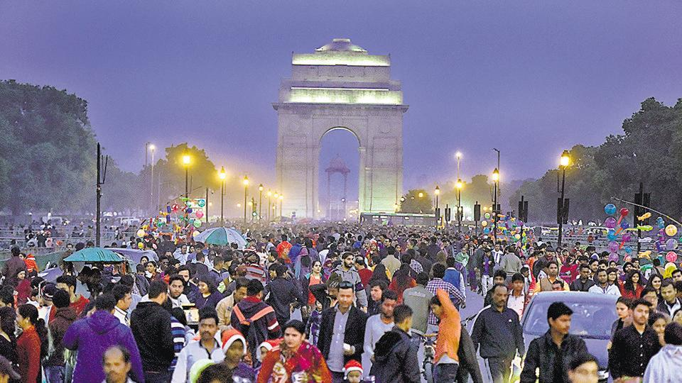 Heavy crowd at India Gate and Rajpath Road on Christmas.