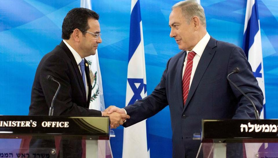 Guatemalan President Jimmy Morales and Israeli Prime Minister Benjamin Netanyahu shake hands as they deliver statements to the media during their meeting in Jerusalem November 29, 2016.  Guatemala and Israel have long had close ties, especially in security matters and Israeli arms sales to Guatemala.