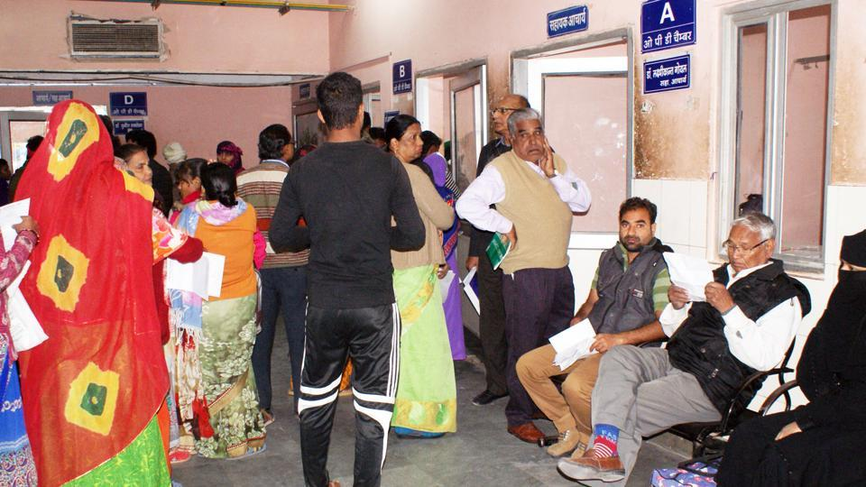 Patients and relatives queue up at SMS Hospital owing to the doctors' strike in Jaipur.