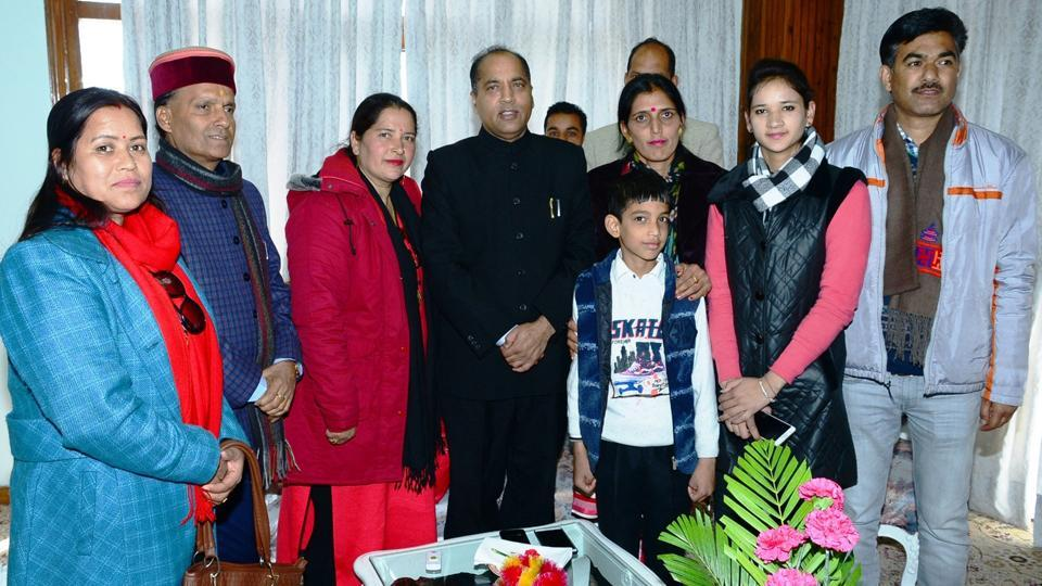 Himachal Pradesh's chief minister designate Jai Ram Thakur with his family members in Shimla on Tuesday. (HT Photo)
