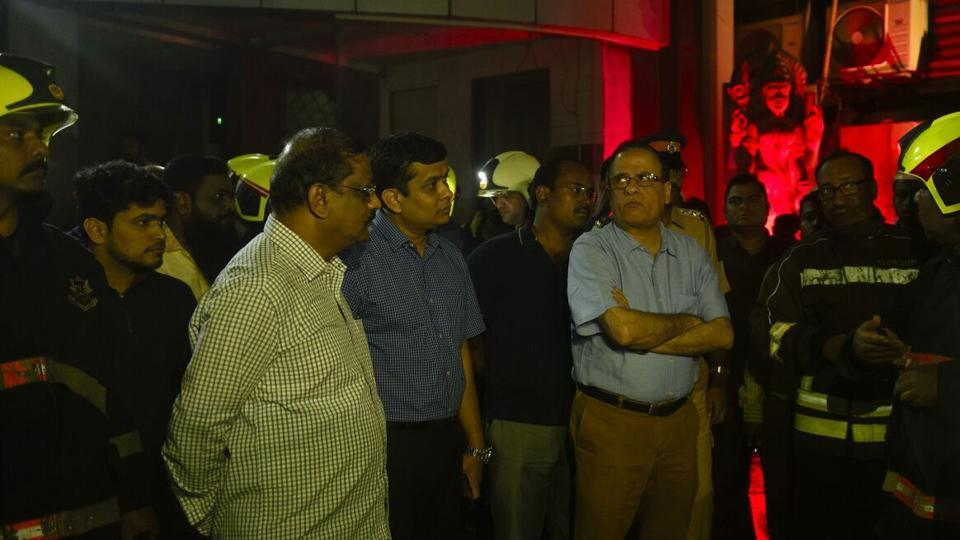 Municipal Commissioner Ajoy Mehta (in light blue) inspects the area of the fire. More than eight fire tenders, five water tankers, emergency ambulance and police rushed to the spot for rescue operation, said fire official Balkrishna Kadam. (ANSHUMAN POYREKAR/HT PHOTO)