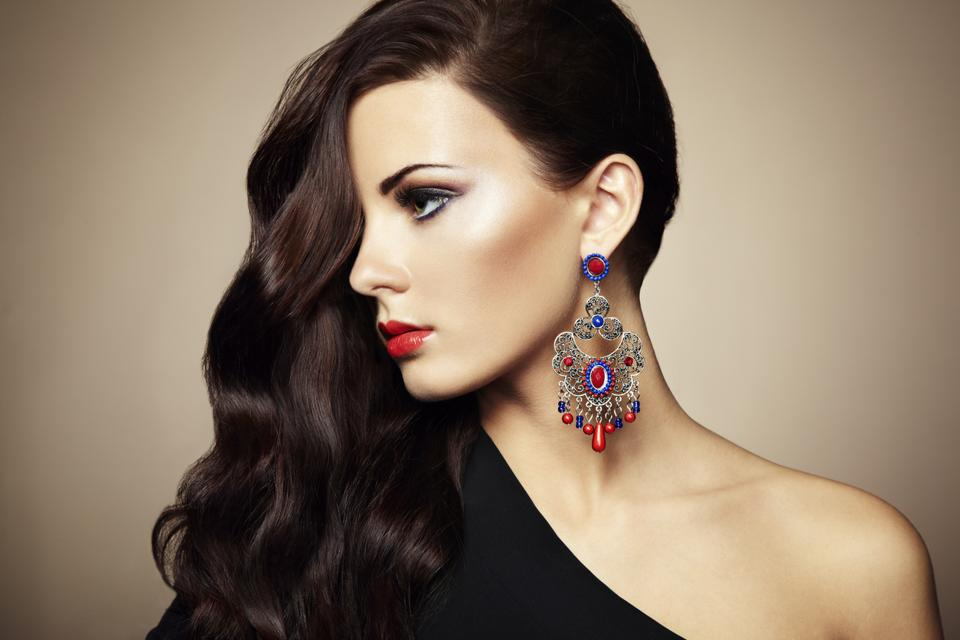 Statement earrings add a spark to your personality and are perfect for an evening look.