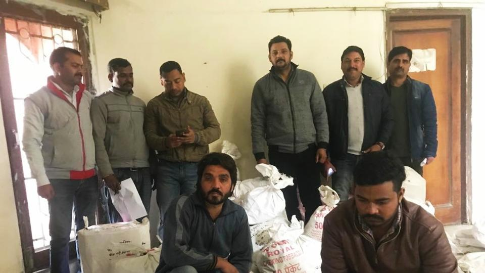 Two members of the interstate gang, identified as Mohd Arif (from Saharanpur, Uttar Pradesh) and Mohit Kumar (from Karnal, Haryana), were arrested by the STF from Clement Town area of Dehradun.