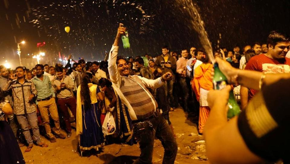 People dance during the New Year's celebrations on a beach in Mumbai on January 1, 2018. (Danish Siddiqui / REUTERS)