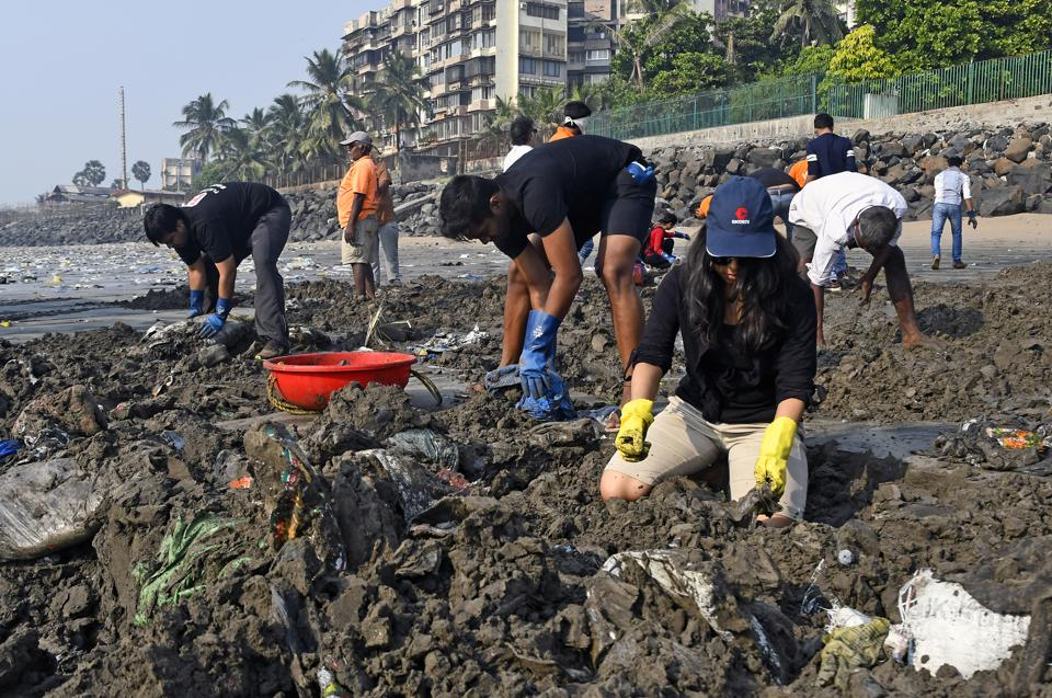 The BMChas decided to tweak the contract rules so that there is more manpower and machinery to clean trash from Versova beach.