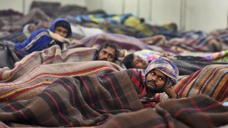 New Years' Eve was the coldest day of the season in the capital with the mercury dipping to 5.7 degree Celsius. In an open ground near Nigambodh Ghat in New Delhi, hundreds of men, huddled in blankets outside the area's government shelters to watch 'Ek Tha Tiger' being projected on a screen. (Burhaan Kinu / HT Photo)