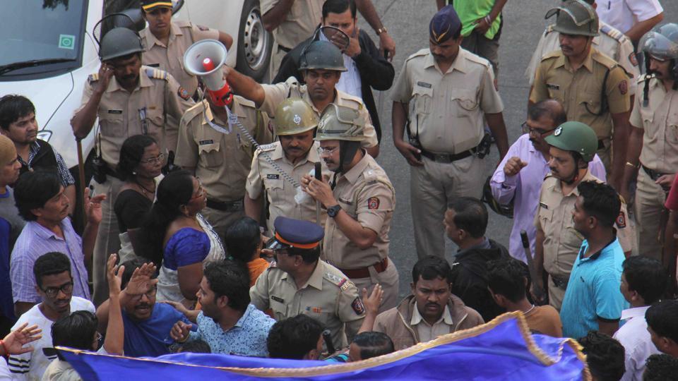 Police personal advising to protesters gathered during Maharashtra Bandh in Mumbai.