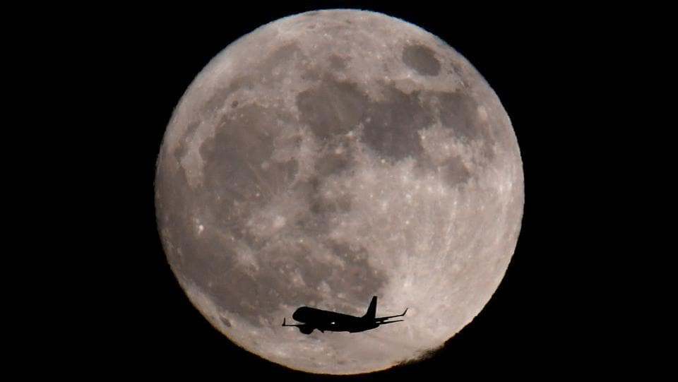 A passenger plane, with a 'supermoon' seen behind, makes its final landing approach towards Heathrow Airport on January 01, 2018 in London, England. (Toby Melville / REUTERS)