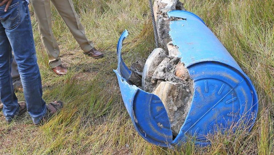 Police broke open the barrel sealed with concrete on both sides and found the skeleton.