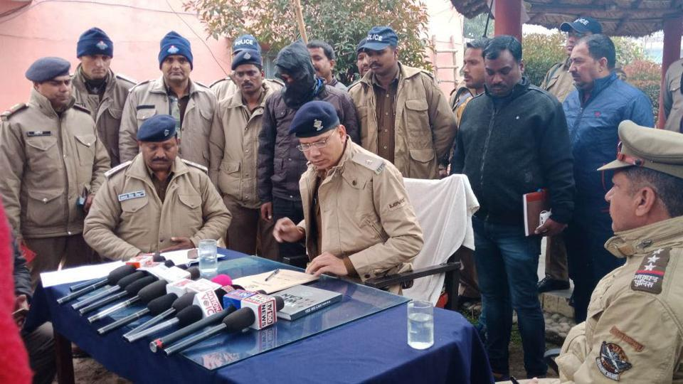SP, Rural, Manikant Mishra presents the arrested criminal before the media during a press conference in Haridwar on Tuesday.