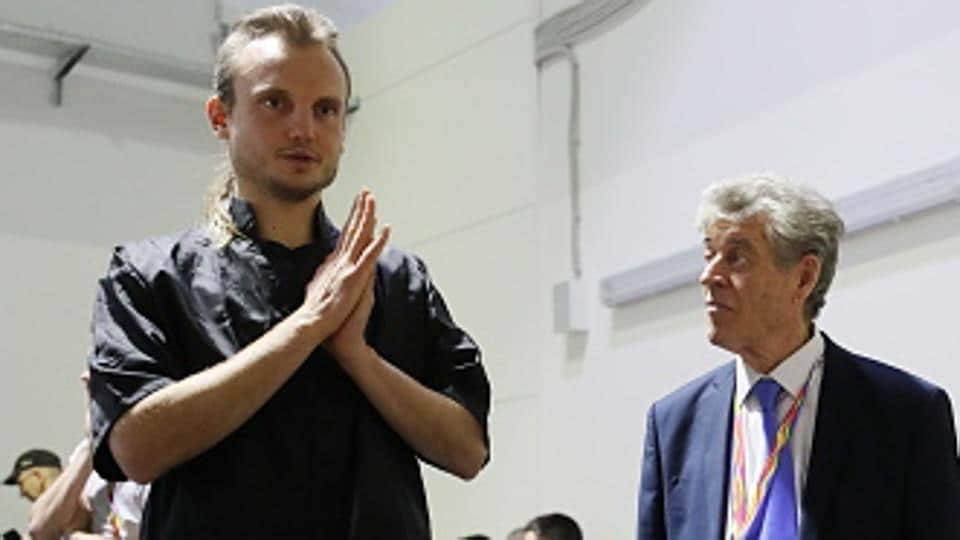 US chess grandmaster Timur Gareyev (L - standing) won the unofficial match he played after the walkover.