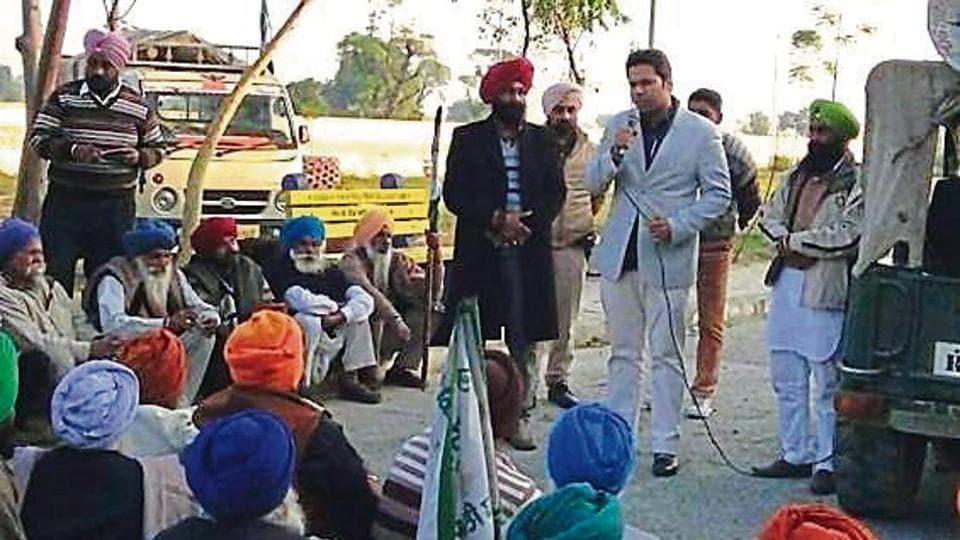 SDMAmareshwar Singh placating the protesting farmers in Dhuri; but his assurance remains to be fulfilled.