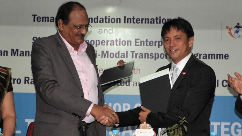 (From left) Brijesh Dixit, Maha-Metro's managing director; Kong Wy Mun, CEO, Singapore Cooperation Enterprise (SCE) and Ajit Singh, consul general of the Republic of Singapore, during the signing of the Memorandum of Understanding between Maha-Metro and SCE on Wednesday.