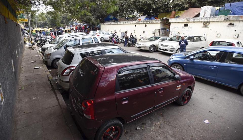 Vehicles parked on the road side at Sarojini Nagar market area in New Delhi. Police cited motor vehicle thefts and online registration of such cases as one of the major contributors to the rising crime graph of the capital. (HT Photo)
