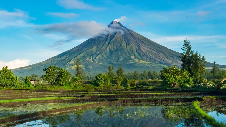 Thousands flee rumbling volcano in Philippines