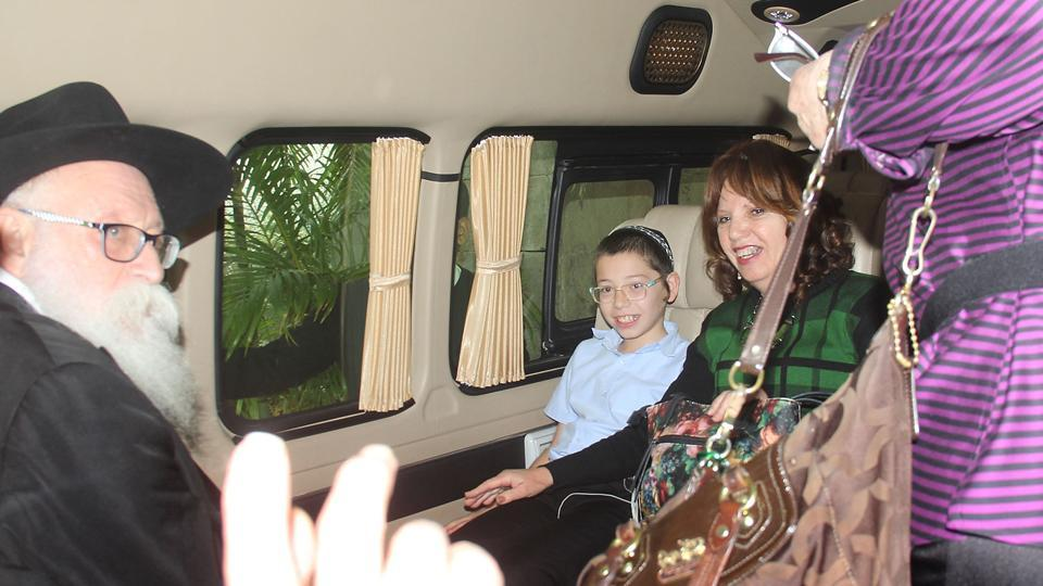 Israeli boy Moshe Holtzberg, whose parents Rabbi Gavriel and Rivka Holtzberg were killed by terrorists  at Nariman House, with his maternal and paternal grandparents on Tuesday. (Bhushan Koyande/HT)
