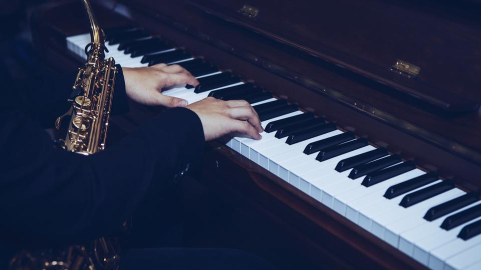 One crucial distinction between the two groups of musicians is the way in which they plan movements while playing the piano.