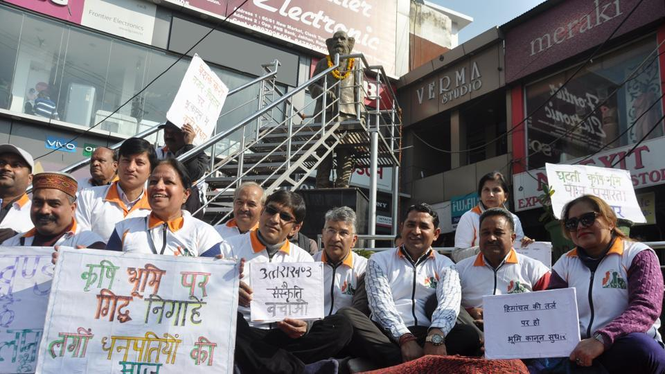 Activists stage a protest near Clock Tower in Dehradun to demand measures to save village land.
