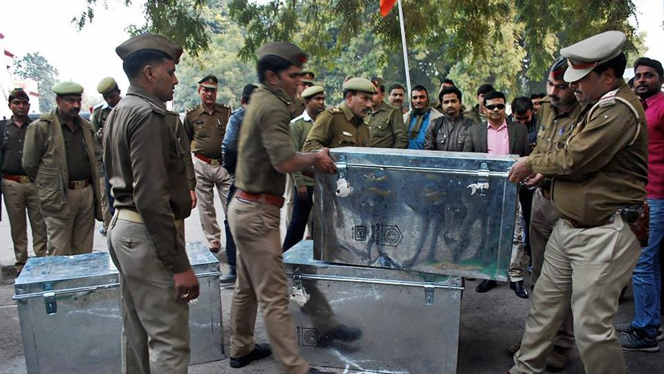 Policemen carry boxes of demonetised notes worth Rs 100 crore that was recovered after a raid in Kanpur.