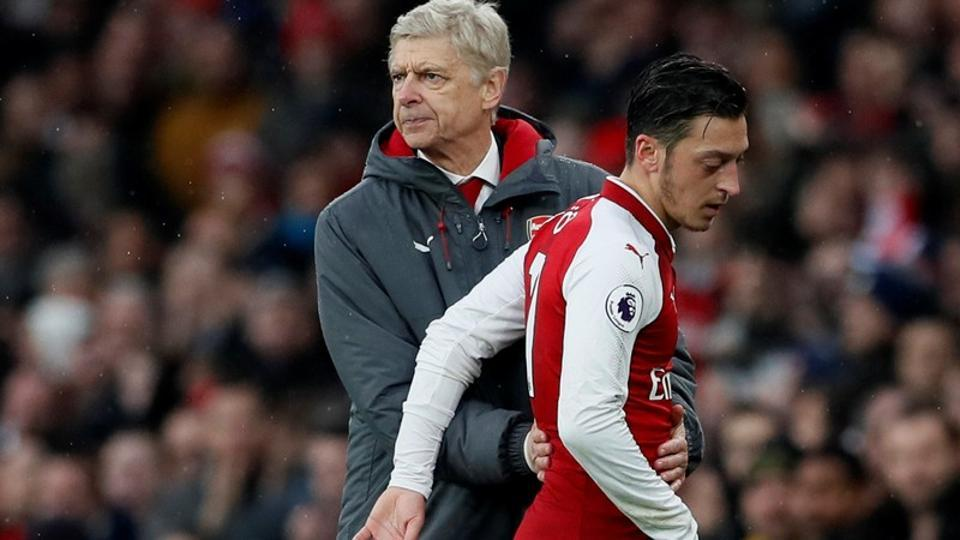 Arsenal's Mesut Ozil (R)with manager Arsene Wenger during a Premier League match.
