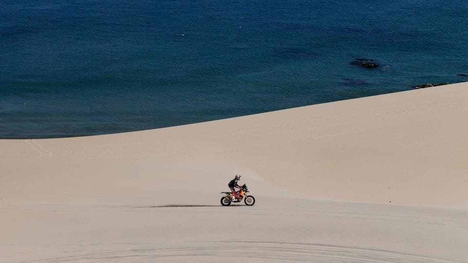 Austrian biker Matthias Walkner powers through pristine sands contrasted by the Pacific on his KTM during Stage 2 around Pisco. (Franck Fife / AFP)