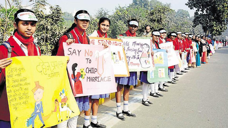 School students take part in the human chain to spread awareness against dowry and child marriage in Bihar on Sunday.
