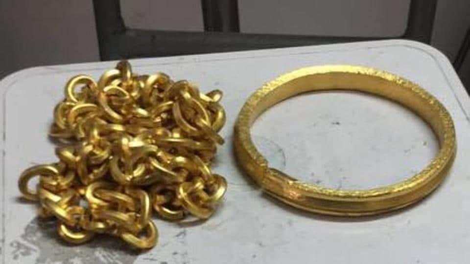 delhi news,gold smuggling,delhi airport