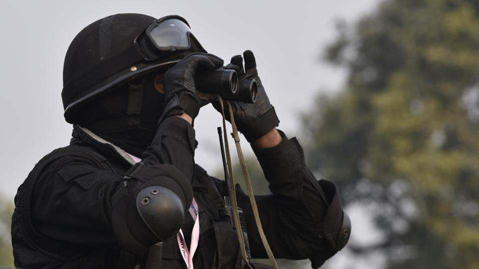 A Black Cat Commando keeps vigil at Rajpath. The city woke to heightened security ahead of the rehearsal with re-routes, traffic snarls and cordons greeting morning commuters. (Mohd Zakir / HT Photo)