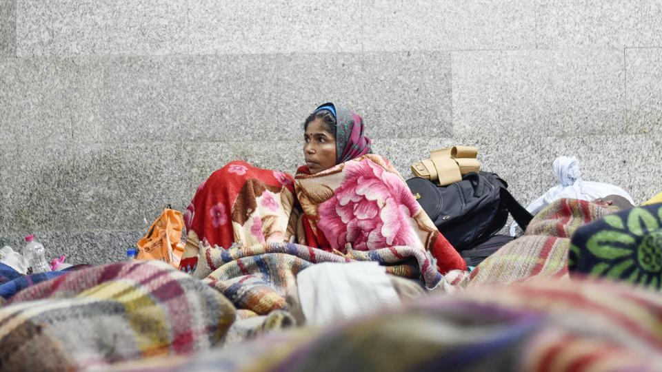 The All India Institute of Medical Sciences (AIIMS) in New Delhi sees a daily influx of outstation patients and their relatives. Those making arduous journeys from far flung places to the capital are drawn by its medical repute and comparative economic viability. This throng of patients brings with it the problem of accommodation and forces many to stay on the pavements because they cannot afford rooms inside the hospital. (Burhaan Kinu / HT Photo)