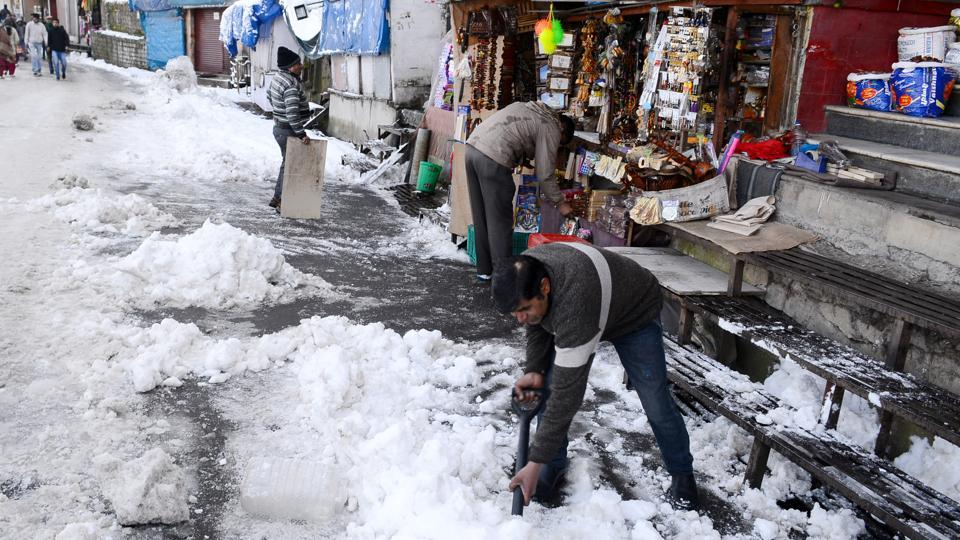 The snow also spread cheer among the tourist operators and farmers, who had been worried about the long dry spell. (Deepak Sansta/HT)