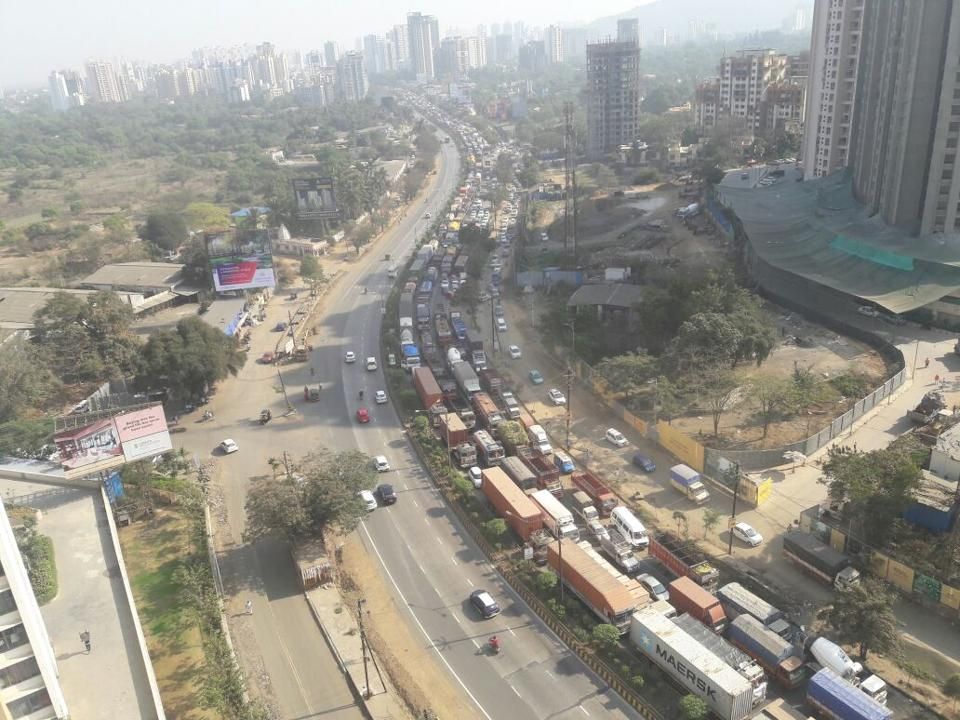 Traffic jam after log gas tankers overturn at GB road thane photo by