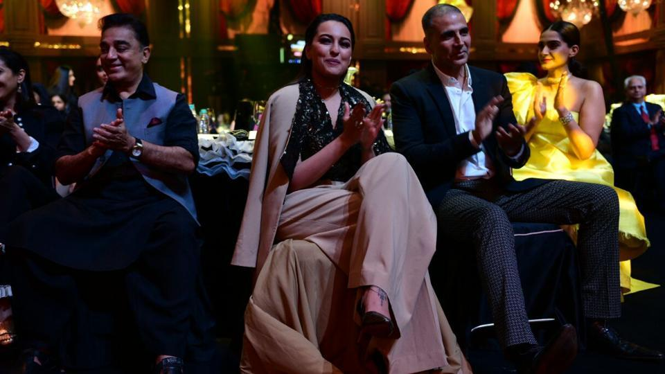 Kamal Haasan, Sonakshi Sinha, Akshya Kumar and Sonam Kapoor applauding the awardees.  (HT Photo )