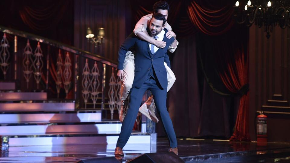 Varun Dhawan, who was adjudged the Most Stylish Youth Icon (male), having fun with VJ Cyrus Sahukar on the stage.  (ht photo)