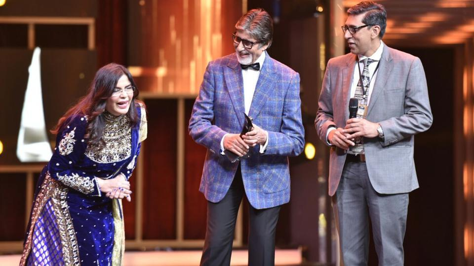 "Zeenat Aman gave away the Superstar of Style award to Amitabh Bachchan. ""I have no logical reason to be here tonight. Hindustan Times is being generous,"" Bachchan said in his speech. (ht photo)"