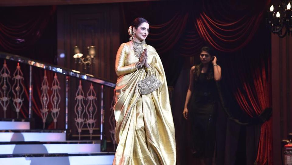 Rekha thanks the audience at HT India's Most Stylish Awards.