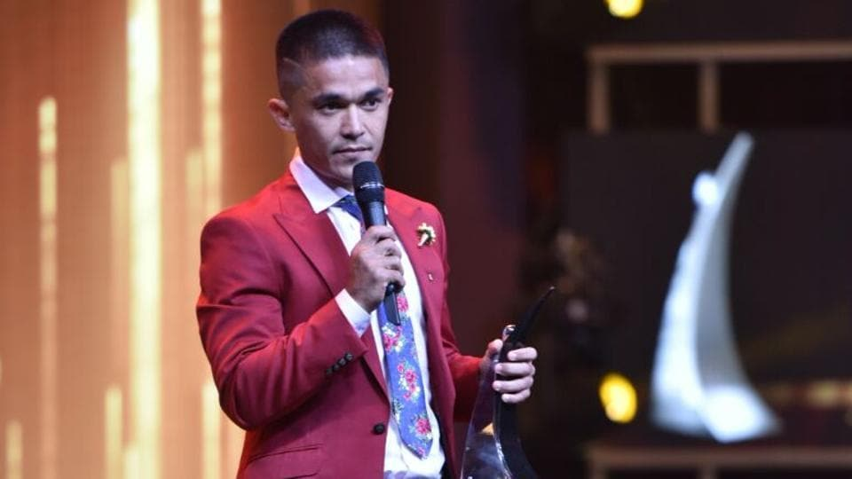 Footballer Sunil Chhetri, who was given the Most Stylish Sports Star award, during his acceptance speech.  (HT Photo)