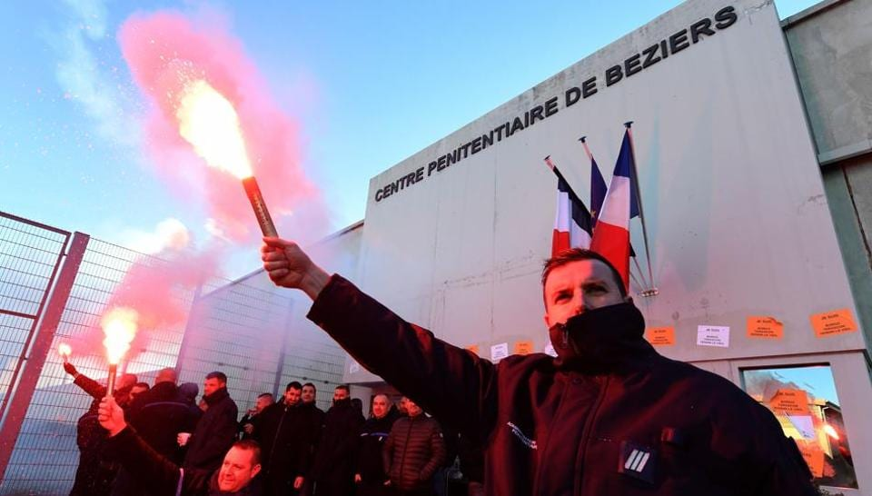 French prison guards agree to negotiate over strike