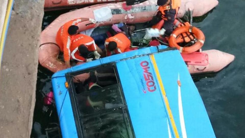 Bus accident,Bus plunges into canal,Kolkata