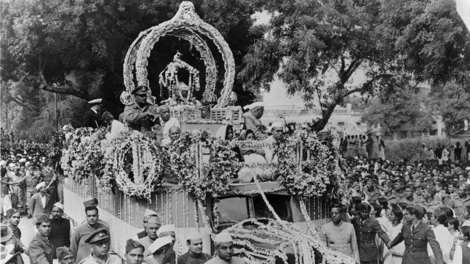 Mahatma Gandhi's ashes being carried through the streets of Allahabad before being consigned to the confluence. Lakhs walked along the procession's 8km route with a chorus of  hymns marking the solemn mood. Jawaharlal Nehru led the way for a duration and leaders like Rafi Ahmed Kidwai, Sardar Patel and Sheikh Abdullah joined on the chariot. (Keystone / Getty Images)