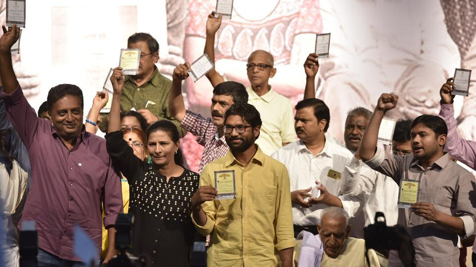 (L to R) Actor Prakash Raj, Kavitha Lankesh, Gujarat MLA Jignesh Mewani, S H Dooraswamy, Kanhaiya Kumar and Umar Khalid (not in picture) during an event observed 'Gauri Day' on the birth anniversary of the slain journalist at Town Hall in Bengaluru. (Arijit Sen / HT Photo)