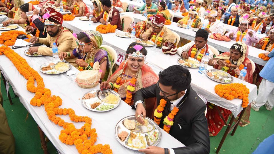 At the function, 40 bridegrooms and 41 brides were from Mumbai, while 44 bridegrooms and 46 brides came from different parts of Maharashtra.  Another 14 bridegrooms and 11 brides had come from different parts of the country.  (Bachchan Kumar/HT PHOTO)