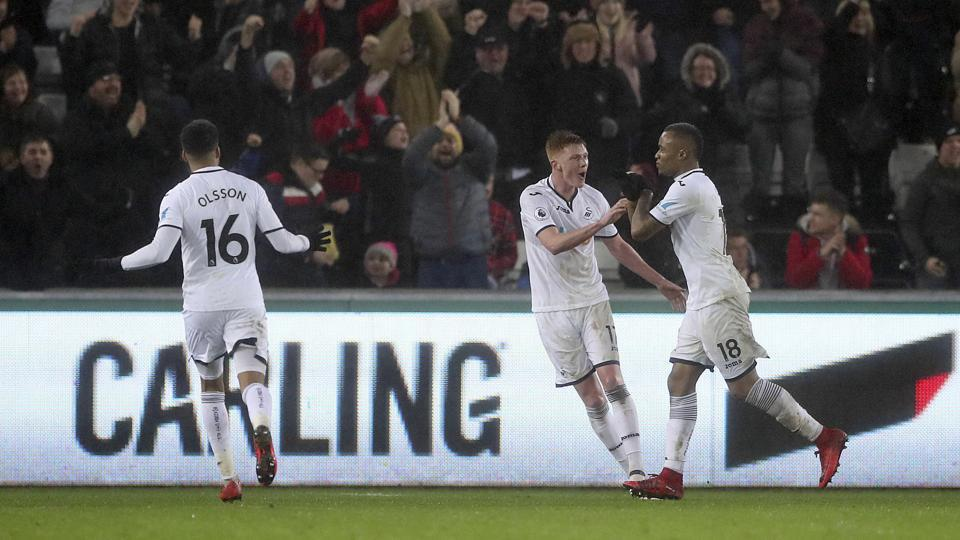 Jordan Ayew Capitalises On Petr Cech Howler As Swansea Down Arsenal